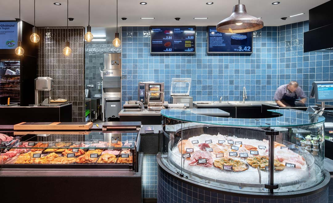 Fresh food counter for fish, illuminated with Agira Plus recessed luminaire and Limba suspended luminaire.